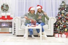 Женщины празднуя рождество Стоковые Фотографии RF