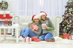 Женщины празднуя рождество Стоковое Фото