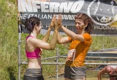 2 женщины празднуют конец бега грязи Стоковое Фото