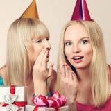 2 женщины празднуя день рождения Стоковые Фото