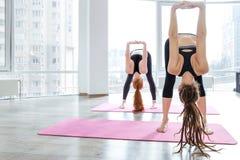2 женщины практикуя йогу в студии Стоковая Фотография