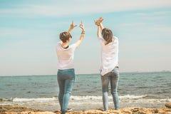 Женщины практикуя йогу на пляже Стоковое Изображение