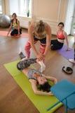 2 женщины практикуя протягивать совместно Стоковое Изображение