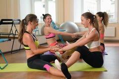 2 женщины практикуя протягивать совместно Стоковое Изображение RF