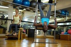 Женщины практикуя протягивающ тренировку Стоковое Изображение RF