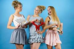 Женщины представляя ботинки высоких пяток стоковая фотография