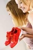 2 женщины представляя тренерам sportswear ботинки Стоковые Фотографии RF