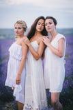 3 женщины представляя в поле лаванды Стоковое Изображение RF