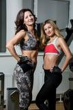 2 женщины представляя в спортзале Стоковые Изображения