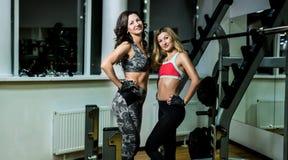 2 женщины представляя в спортзале Стоковые Изображения RF