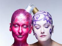 2 женщины представляя как орнаменты рождества Стоковые Изображения RF