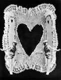 2 женщины представляя на валентинке (все показанные люди более длинные живущие и никакое имущество не существует Гарантии поставщ Стоковое фото RF
