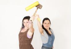 Женщины представляя с роликом и мушкелом краски Стоковые Фотографии RF