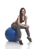 женщины пригодности шарика спортсмена сидя Стоковое Изображение