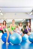Женщины пригодности гимнастики - тренировка и разминка Стоковые Фото