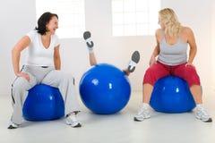 женщины пригодности шариков Стоковое фото RF