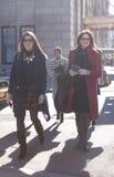 Женщины приезжая совместно к модному параду Оскара de Ла Renta в Нью-Йорк Стоковые Фото