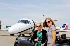 2 женщины приезжая для перемещения двигателя Стоковая Фотография