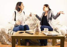 Женщины приниматься переговор стоковые изображения rf