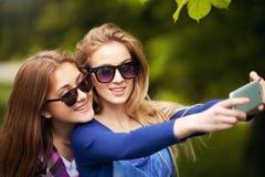 2 женщины принимая автопортреты Стоковые Фотографии RF