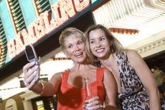 Женщины принимая автопортрет перед казино Стоковая Фотография