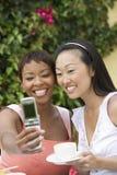 Женщины принимая автопортрет через сотовый телефон Стоковые Фотографии RF