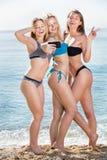 Женщины принимая фото собственной личности на пляже Стоковая Фотография RF