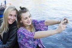 2 женщины принимая selfie Стоковые Фотографии RF