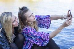 2 женщины принимая selfie Стоковые Фото