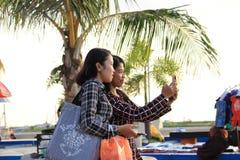 2 женщины принимая selfie Стоковые Изображения RF