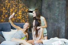 Женщины принимая selfie Стоковая Фотография