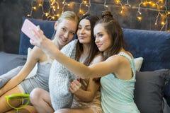 Женщины принимая selfie Стоковые Изображения