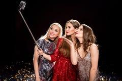 Женщины принимая selfie Стоковое Изображение RF