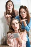 Женщины принимая selfie Стоковое фото RF