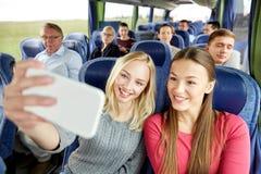 Женщины принимая selfie smartphone в шине перемещения Стоковые Изображения