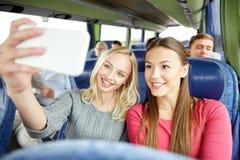 Женщины принимая selfie smartphone в шине перемещения Стоковое фото RF