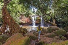 Женщины причаливая водопаду Haew Suwat Стоковые Фото