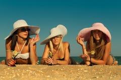 Женщины при коктеил ослабляя на пляже Стоковое Изображение