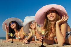 Женщины при коктеил ослабляя на пляже Стоковая Фотография