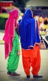 2 женщины при пестротканая одежда присутствуя на событии Стоковые Изображения RF