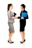 2 женщины при тетради давая рукопожатие Стоковое фото RF