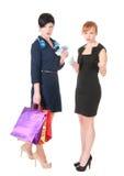 2 женщины при хозяйственные сумки держа деньги Стоковая Фотография
