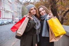 2 женщины при хозяйственные сумки стоя outdoors Стоковая Фотография RF