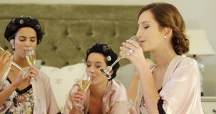 4 женщины провозглашать стекла шампанского на кровати 4K 4k видеоматериал