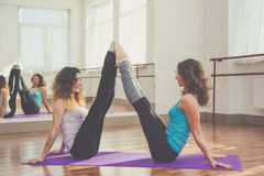 2 женщины протягивают ноги совместно Стоковая Фотография