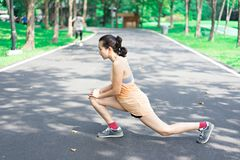 Женщины протягивают перед jogging в парке стоковые изображения rf