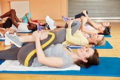 Женщины протягивая в классе pilates Стоковое Фото