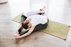 2 женщины протягивая на поле в йоге центризуют Стоковое фото RF