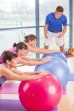 3 женщины протягивая на спортзале Стоковое Фото