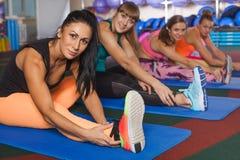 Женщины протягивая ноги в спортклубе Стоковое фото RF